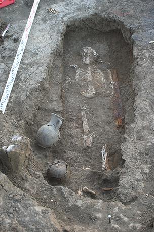 Сарматское захоронение последних веков до н. э. с несколькими сосудами и железным мечом