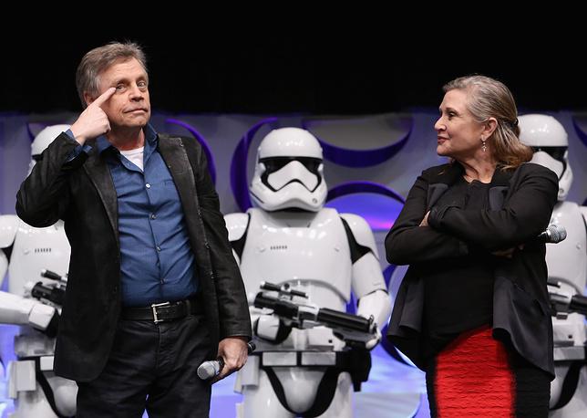 Марк Хэмилл и Кэрри Фишер (слева направо)  в рамках мероприятия Star Wars Celebration 2015, 16 апреля 2015 года, Анахайм, штат Калифорния