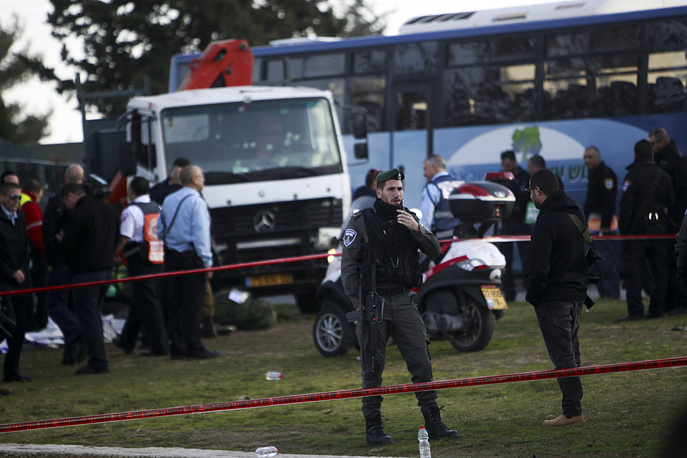 Грузовой автомобиль наехал напешеходов вИерусалиме, три человека погибли