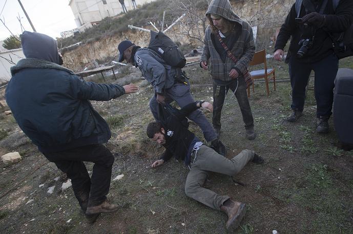 В ходе столкновений есть пострадавшие как со стороны полицейских, так и среди местного населения нелегального форпоста