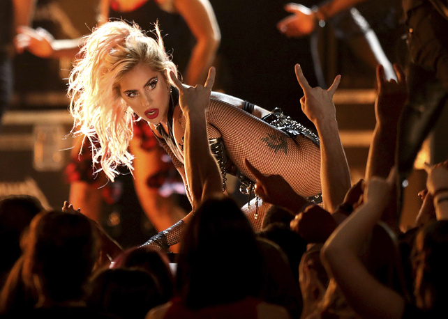 Во время выступления у фронтмена Metallica сломался микрофон, поэтому первую часть песни исполняла только Леди Гага