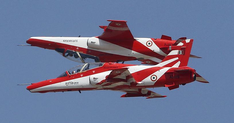 ВВС Индии самолеты выполняют фигуры высшего пилотажа на Aero India 2017