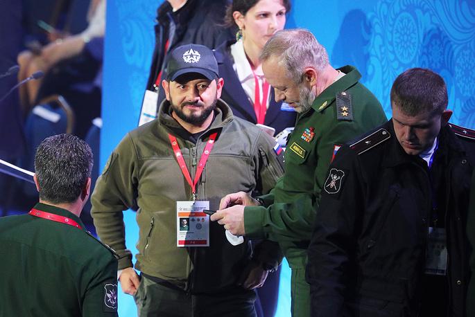 Президент Федерации военно-тактических игр России Михаил Галустян (в центре) и заместитель Министра обороны РФ Александр Фомин (справа)