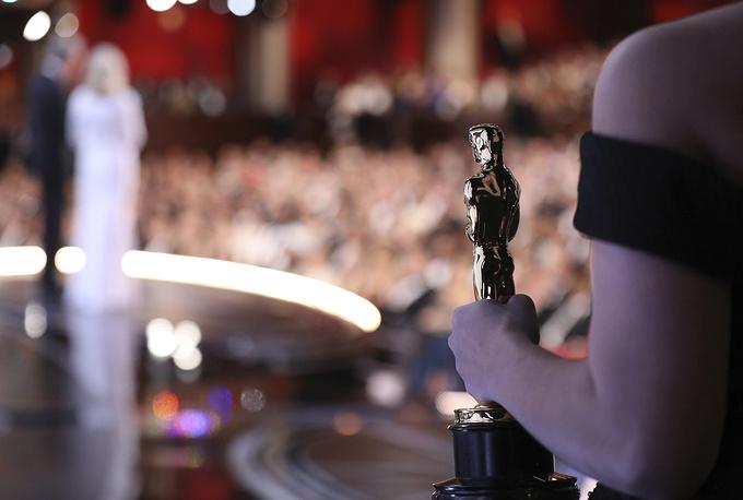 """На заднем плане: Уоррен Битти и Фэй Данауэй оглашают победителя в номинации """"Лучший фильм"""""""