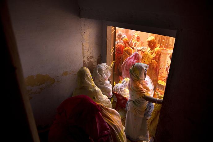 До недавнего времени индийским вдовам было запрещено присутствовать на фестивале Холи. Они должны были прожить период праздника в смиренном богослужении, облачившись в белое. Появление вдов на любом религиозном празднике считалось плохим знаком. Лишь несколько лет назад им разрешили принимать участие в празднике