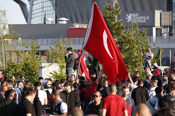 Турецкие болельщики перед матчем в Лионе