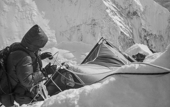 До восхождения альпинисты два месяца готовили маршрут и устанавливали палаточные лагеря