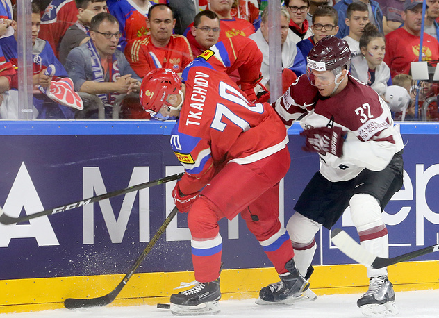 Игроки сборной России Владимир Ткачев и сборной Латвии Артур Кулда (слева направо)