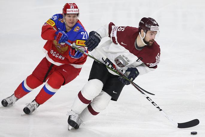 Игроки сборной России Александр Барабанов и сборной Латвии Каспарс Даугавиньш (слева направо)