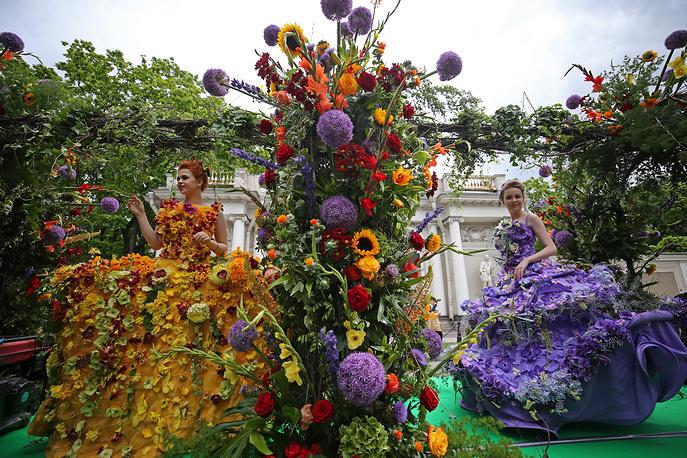 Участницы фестиваля цветов в Санкт-Петербурге