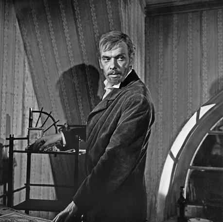 """В роли циника Федора Протасова на съемках фильма """"Живой труп"""" по одноименной пьесе Льва Толстого, 1968 год"""