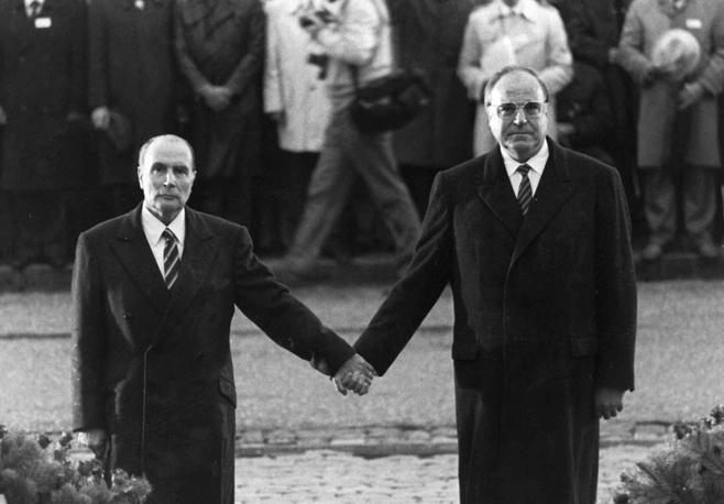 С президентом Франции Франсуа Миттераном во время траурной церемонии на Дуамонском кладбище, где захоронены участники битвы при Вердене 1916 года. Верден, 22 сентября 1984 года