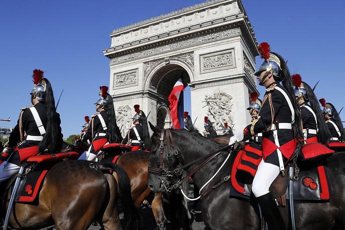 От Триумфальной арки к площади Согласия проследовали более трех с половиной тысяч человек — военнослужащих, курсантов, кавалеристов Республиканской гвардии