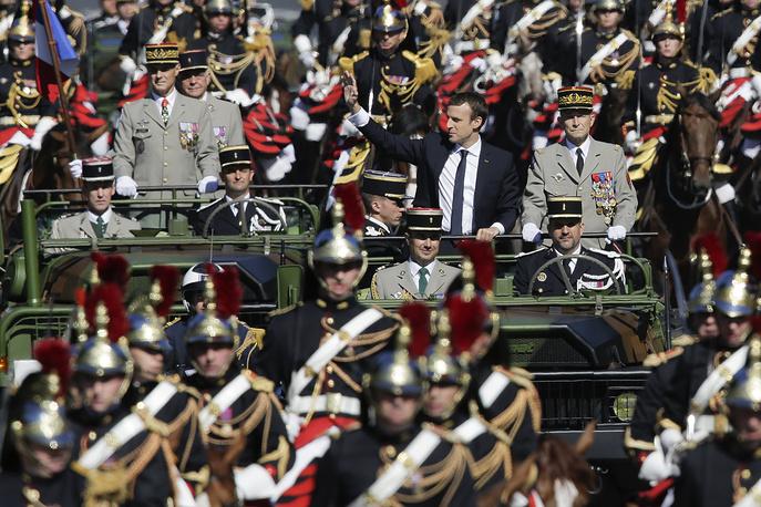 Президент Франции Эмманюэль Макрон прибыл на парад на бронированном автомобиле в окружении кавалерии