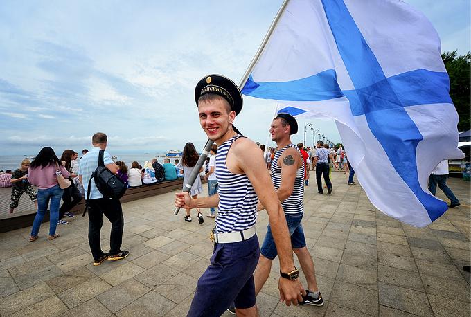 Жители города во время празднования Дня ВМФ, Владивосток
