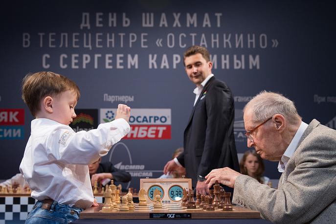 Четырехлетний шахматист Михаил Осипов, шахматист Сергей Карякин и старейший гроссмейстер международного уровня Юрий Авербах