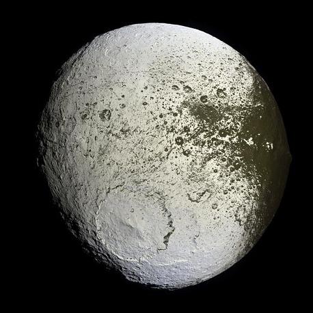Япет, третий по величине спутник Сатурна, открытый в 1671 году астрономом Джованни Доменико Кассини, в честь которого был назван зонд Cassini