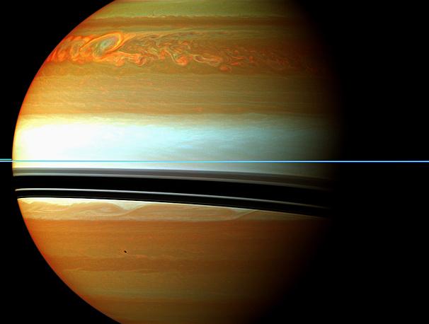 Возмущения в атмосфере планеты после мощнейшего шторма. Его последствия хорошо видны на снимке Cassini даже после того, как сам шторм прекратился