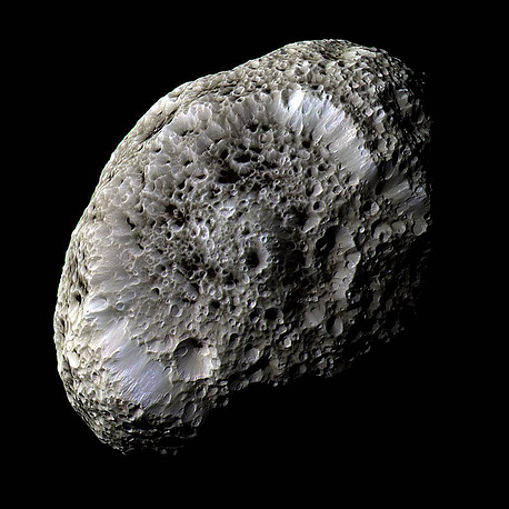 Спутник Сатурна Гиперион. Необычен тем, что внутри он, по мнению ученые, на 40% пуст