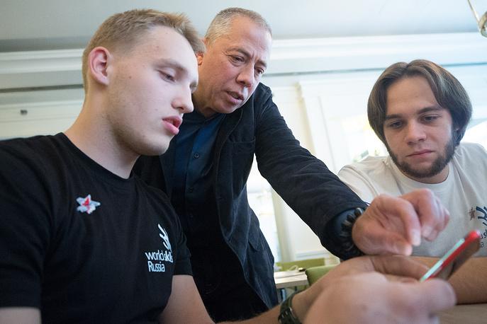 Аркадий Новиков во время встречи с российскими участниками WorldSkills Kazan 2019