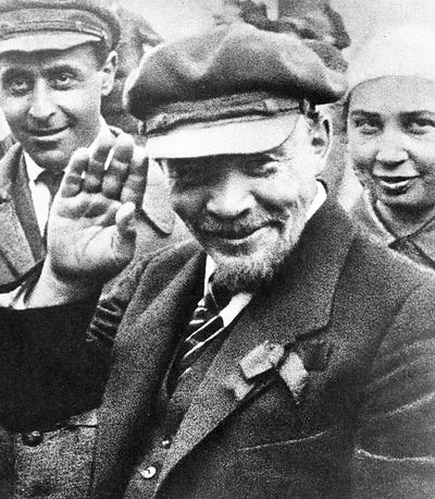 """Владимир Ленин на закладке памятника """"Освобожденный труд"""", 1 мая 1920 года"""