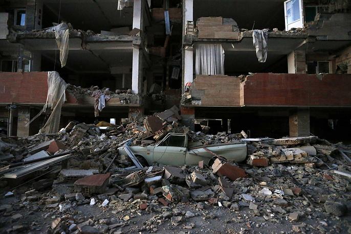 Кирпичами и кусками бетона завалило десятки автомобилей, припаркованных возле зданий