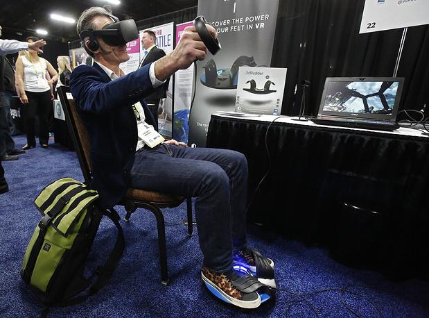 Демонстрация комплекта виртуальной реальности с контроллером для навигации в игровом пространстве при помощи ног 3dRudder