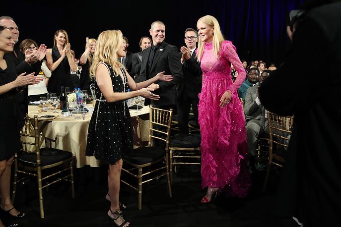 """Риз Уизерспун аплодирует Николь Кидман, которая была названа лучшей актрисой за роль в мини-сериале """"Большая маленькая ложь"""""""