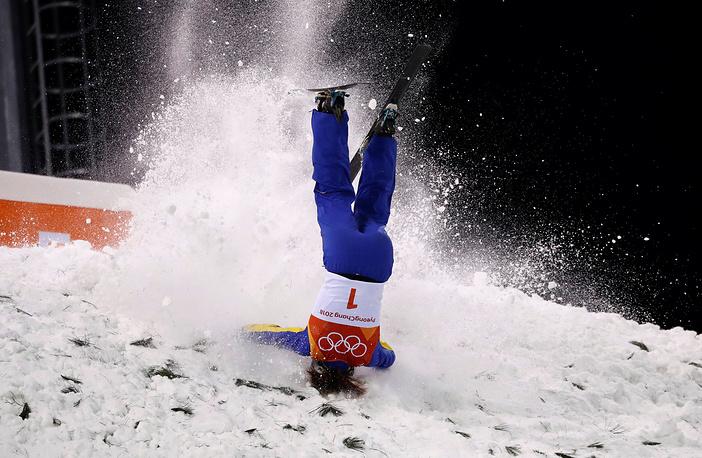 Сю Ментао из Китая во время женского финала по фристайлу