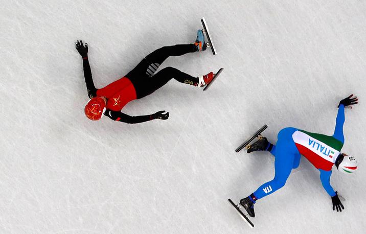 Хань Тянью из Китая и Юрий Конфортола из Италии во время мужских соревнований по шорт-треку на дистанции 1500 метров