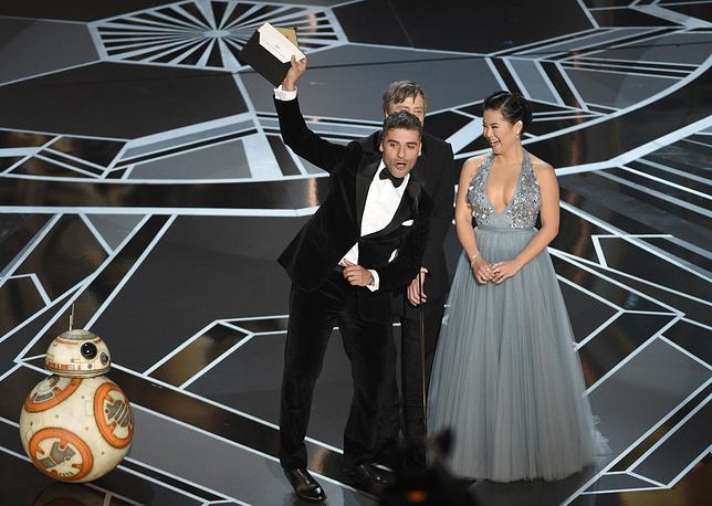 BB-8, Оскар Айзек, Марк Хэмилл и Келли Мари Трэн во время объявления номинации на лучший мультипликационный фильм