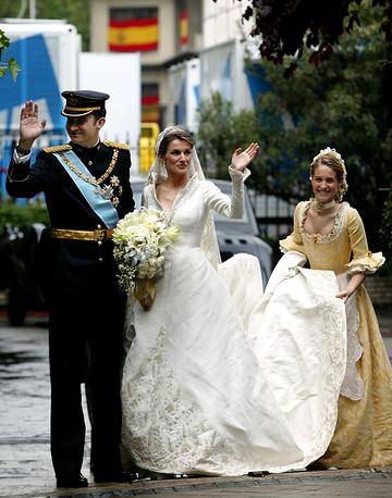 Кронпринц Испании Фелипе (король Филипп VI) с невестой Летисией у базилики Пресвятой Девы Аточи в Мадриде, 22 мая 2004 года