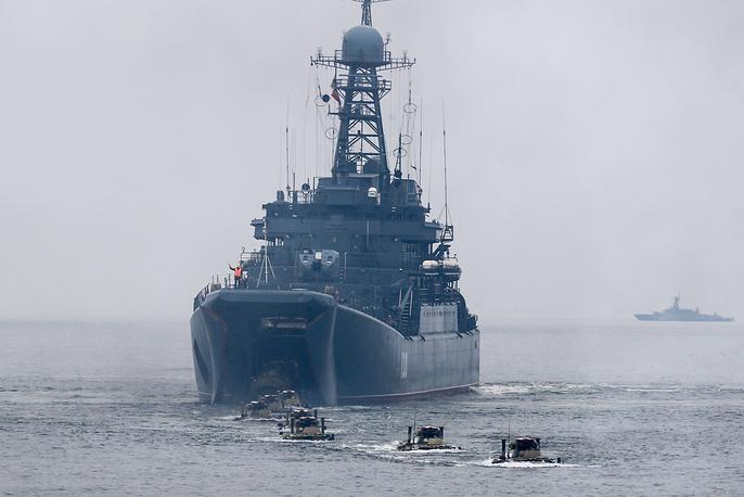 """Высадка БТР-82А с большого десантного корабля """"Королев"""""""