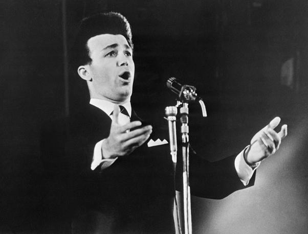 Иосиф Кобзон во время выступления на IV Международном фестивале песни, на котором он получил премию Союза польских артистов и композиторов за лучшую народную песню, 1964 год