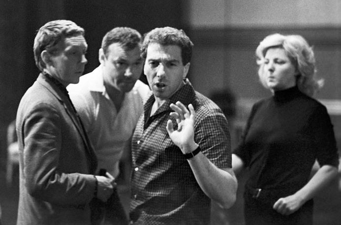 На репетиции с актерами театра в Большом драматическом театре имени М. Горького, 1968 год