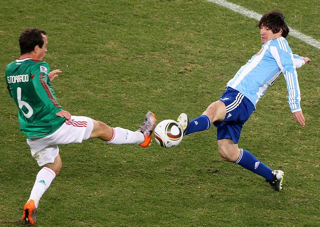 Л.Месси (справа) в матче против сборной Мексики