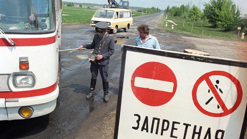 Меры по недопущению распространения радиоактивного заражения. На дорогах установлены медицинские дозиметрические посты, которые тщательно обследовали всю выходящую из 30-километровой зоны технику