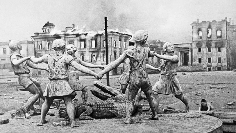 На вокзальной площади после налета фашистской авиации