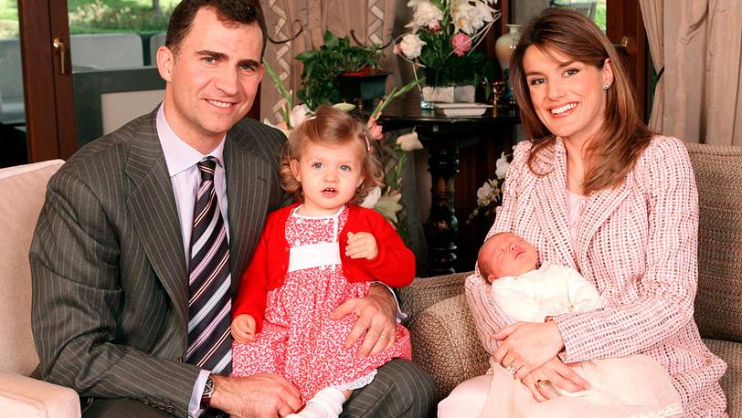 Принц Астурийский Фелипе Бурбон с принцессой Летисией и детьми Леонорой и новорожденной Софией /2007 год/