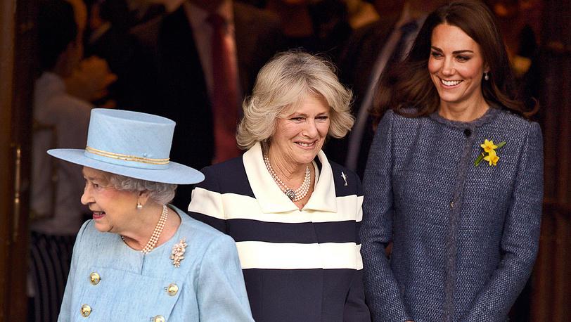 Королева Елизавета II, герцогиня Корнуоллская Камилла и герцогиня Кембриджская Кэтрин после посещения магазинов