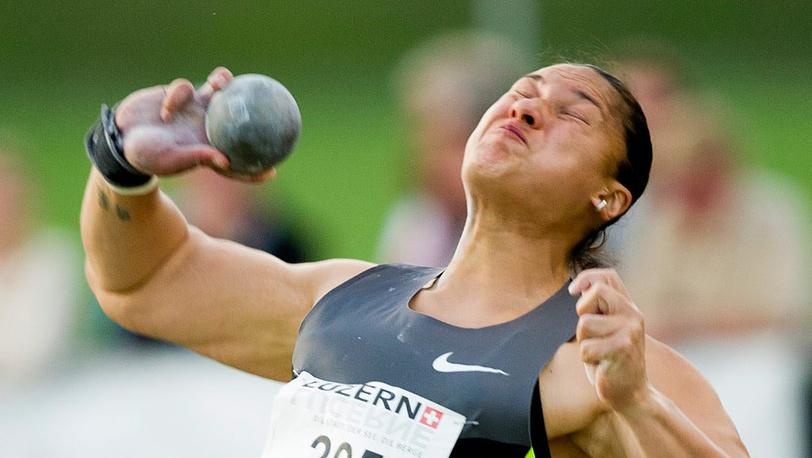 Валери Адамс из Новой Зеландии, победительница в толкании ядра  - 21, 11