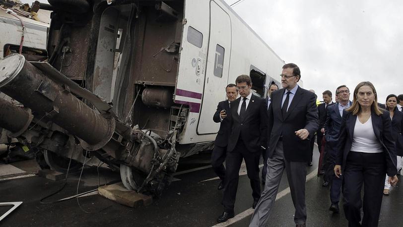 Премьер-министр Мариано Рахой Брей (в центре), министр развития Анна Пастор и председатель правительства автономной области Галисия Альберто Нуньес Фейхоо (слева) на месте трагедии