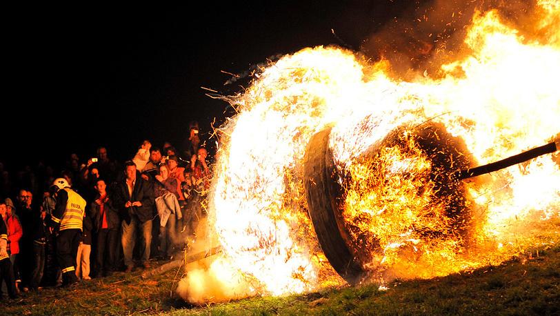 Немецкая пасхальная традиция - скатывать с горы горящее колесо