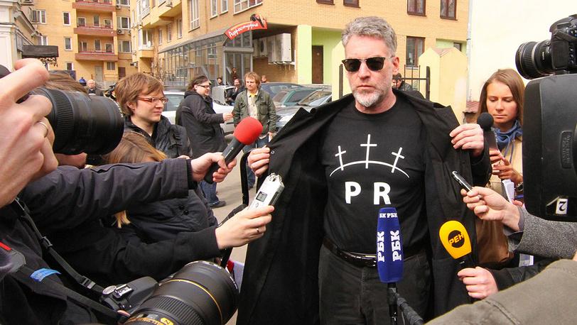 Музыкальный критик Артемий Троицкий у Таганского районного суда