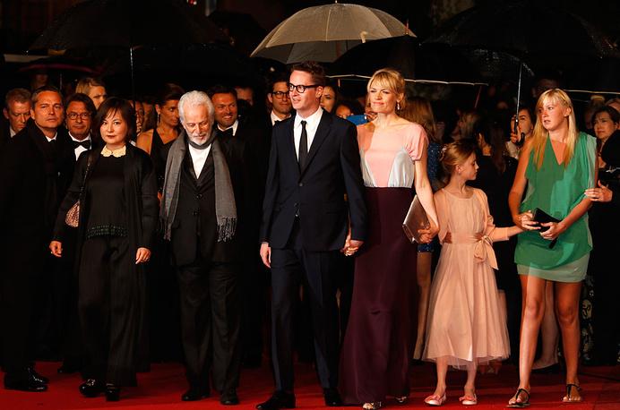 Перед показом режиссер Николас Виндинг Рефн с супругой и другими гостями