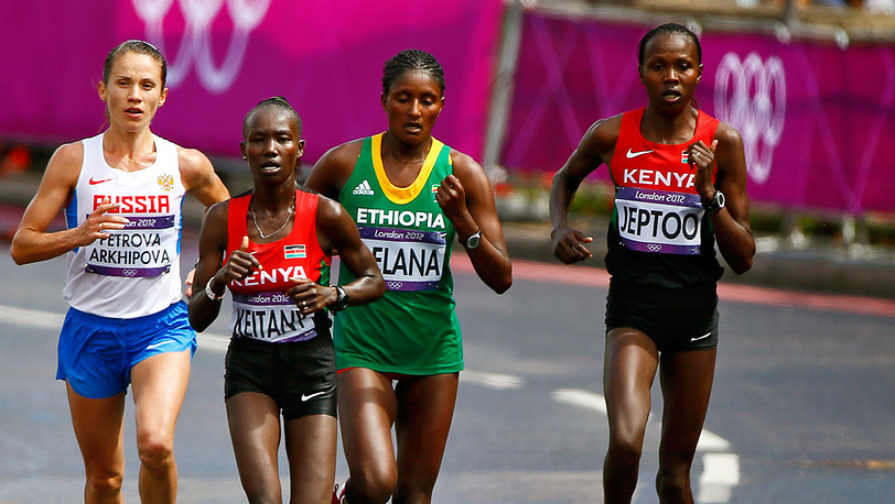 Группа лидеров. Татьяна Петрова-Архипова и спортсменки из Кении и Эфиопии