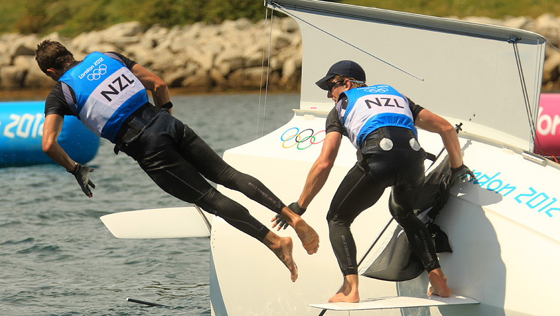 Питер Берлинг и Блэр Тайк празднуют после гонки