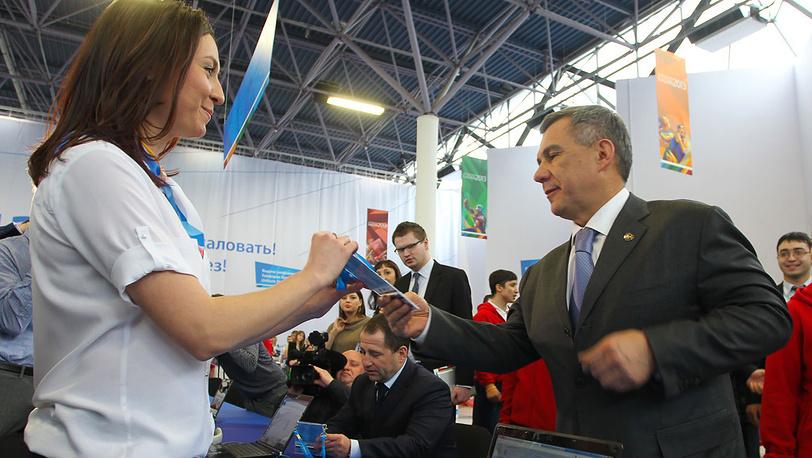 Президент республики Татарстан Рустам Минниханов получает аккредитацию