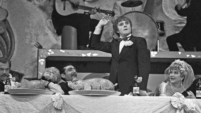 """Сцена из спектакля """"Клоп"""", 1977. Режиссер Валентин Плучек"""