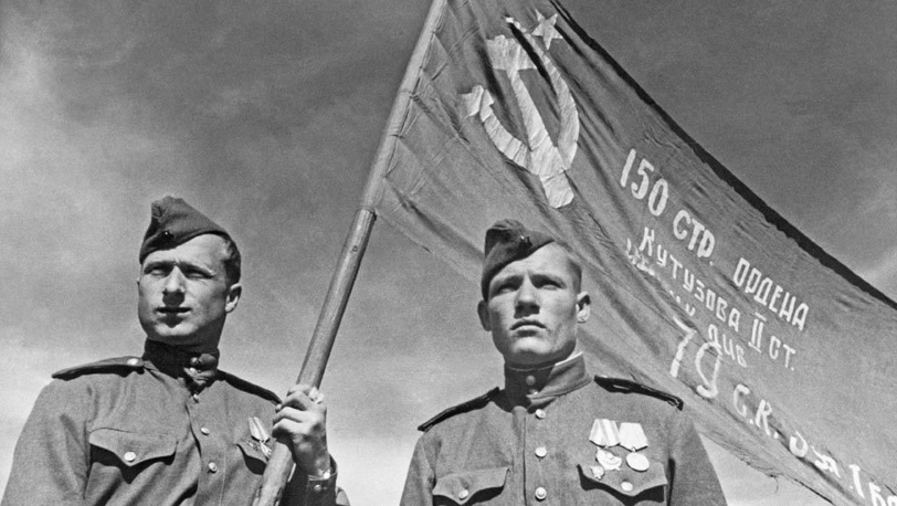Солдаты 150-й стрелковой дивизии 79-го стрелкового корпуса 5-й ударной армии Мелитон Кантария (слева) и Михаил Егоров со Знаменем Победы, которое было водружено ими над Рейхстагом